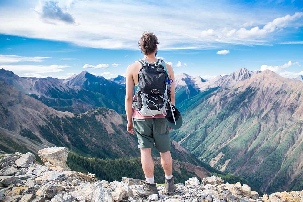 Mann genießt das Panorama bei einer Bergwanderung