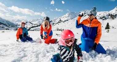 Familie bei einer Schneeballschlacht in Obertauern