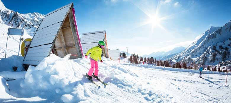 Kind beim Skifahren im Skigebiet Obertauern