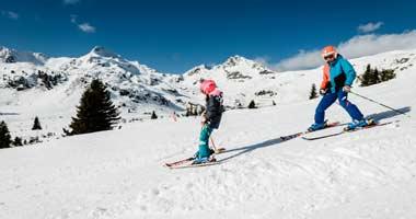 Kinder beim Skifahren üben in Obertauern