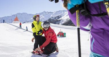 Kind und Skilehrer am Schnalstaler Gletscher