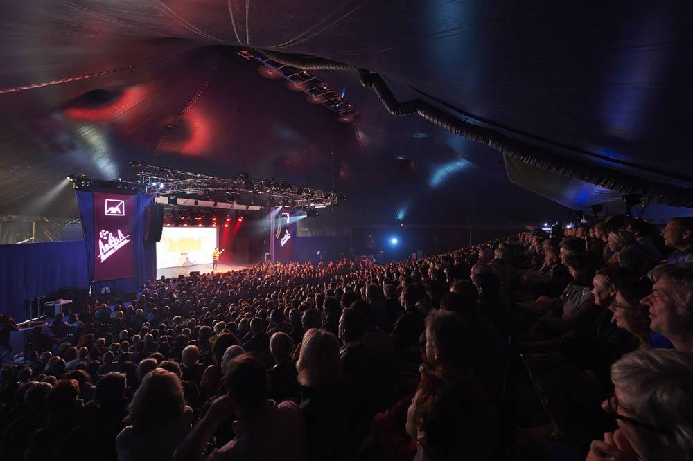 Publikum beim Arosa Humorfestival im Zelt