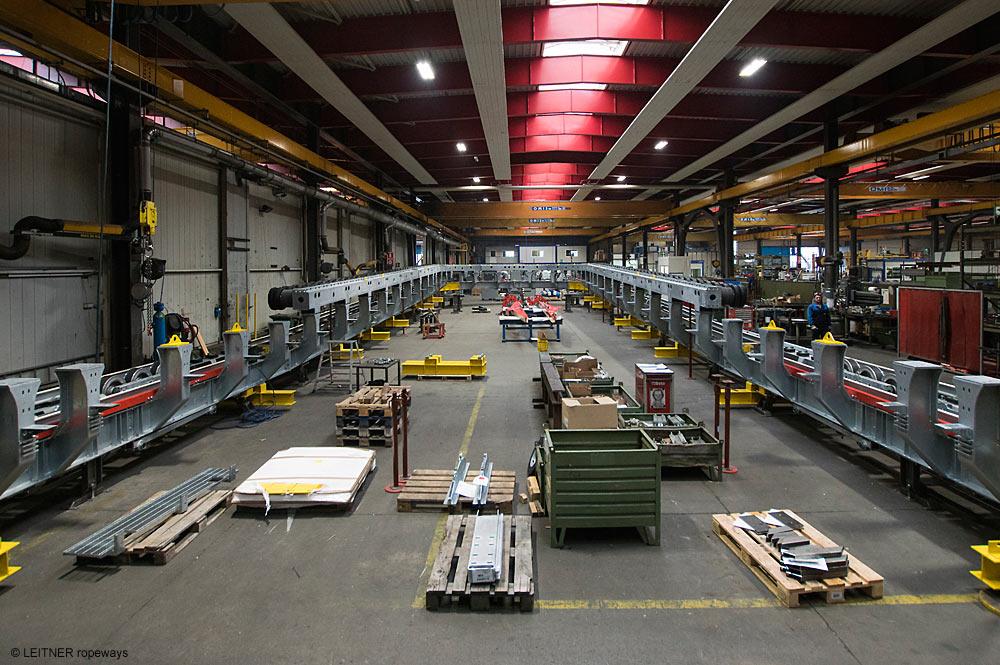 Blick in eine Produktionshalle von LEITNER ropeways