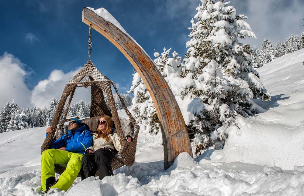 Wintersportler in einem Hängekorb in Serfaus-Fiss-Ladis