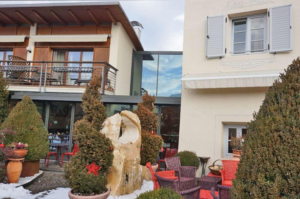 Blick vom Innenhof auf die Außenfassade des Hotel Traube in Brixen