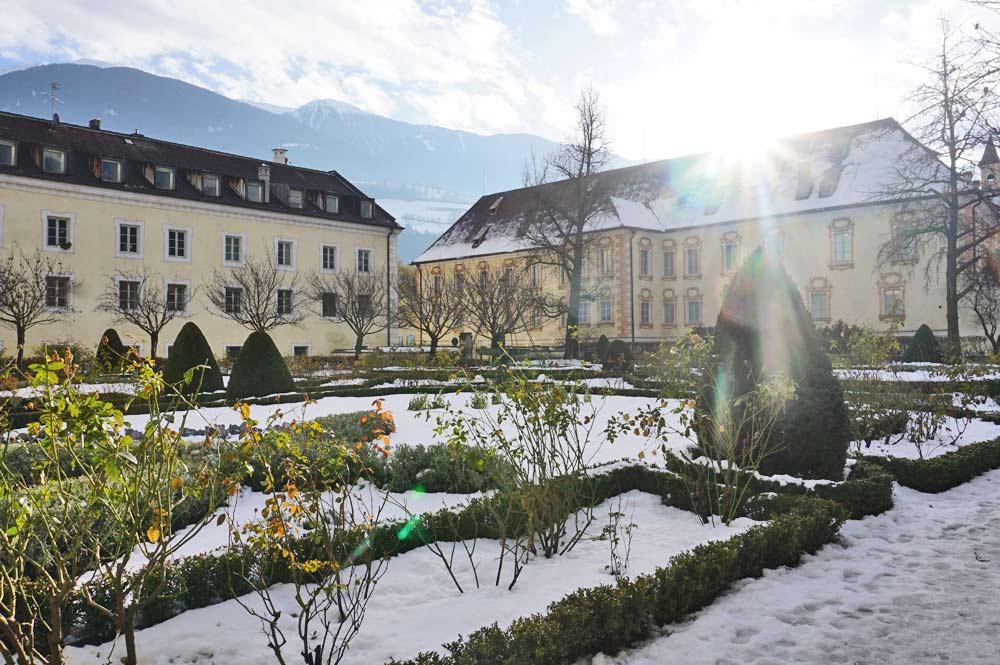 Blick in den verschneiten Herrengarten der Hofburg