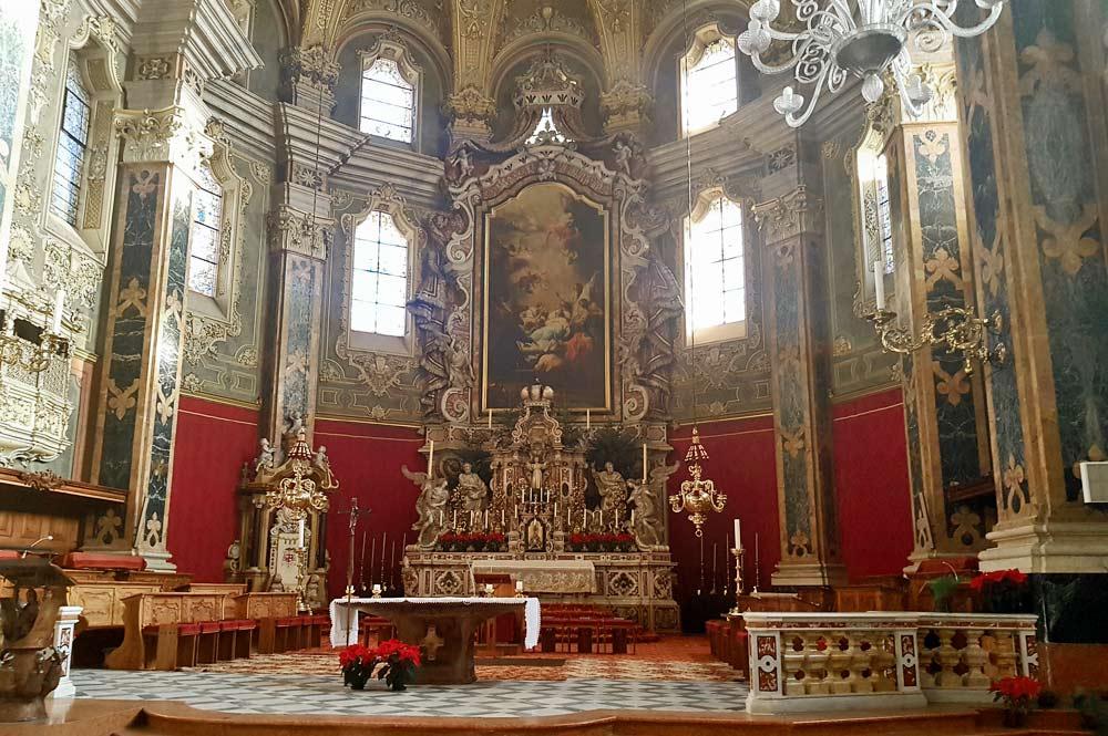 Innenansicht des Brixener Doms mit Altar