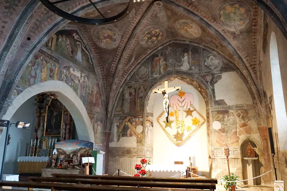 Fresken und Altar in der Heilig-Geist-Kirche in Sterzing