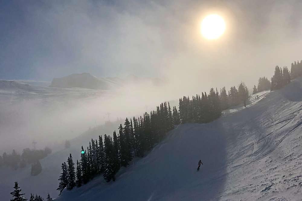 Skifahrer auf einem Powderhang in Sunshine Village