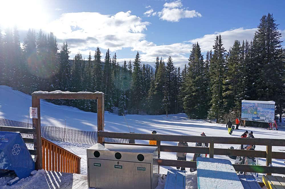 Blick von einer Hüttenterrasse auf das Skigebiet Lake Louise