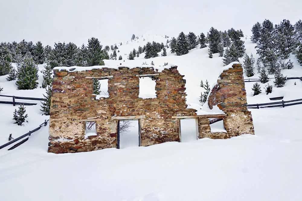 Die Überreste der Mauer der alten Rosshütte auf der Plose