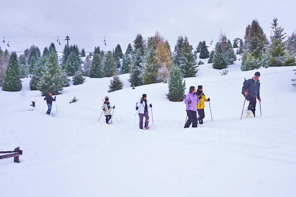 In der Gruppe mit Schneeschuhen durch den Tiefschnee vor der Palmschoss Seilbahn auf der Plose