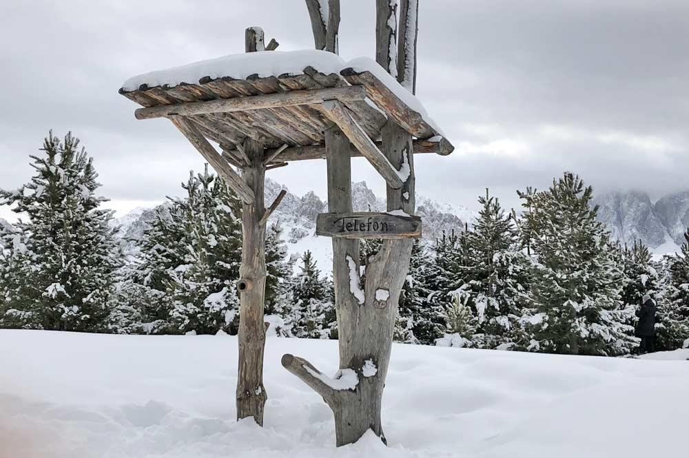 Das Waldtelefon, eine der Spiel und Raststaionen des Panorama-Wanderweges auf der Plose
