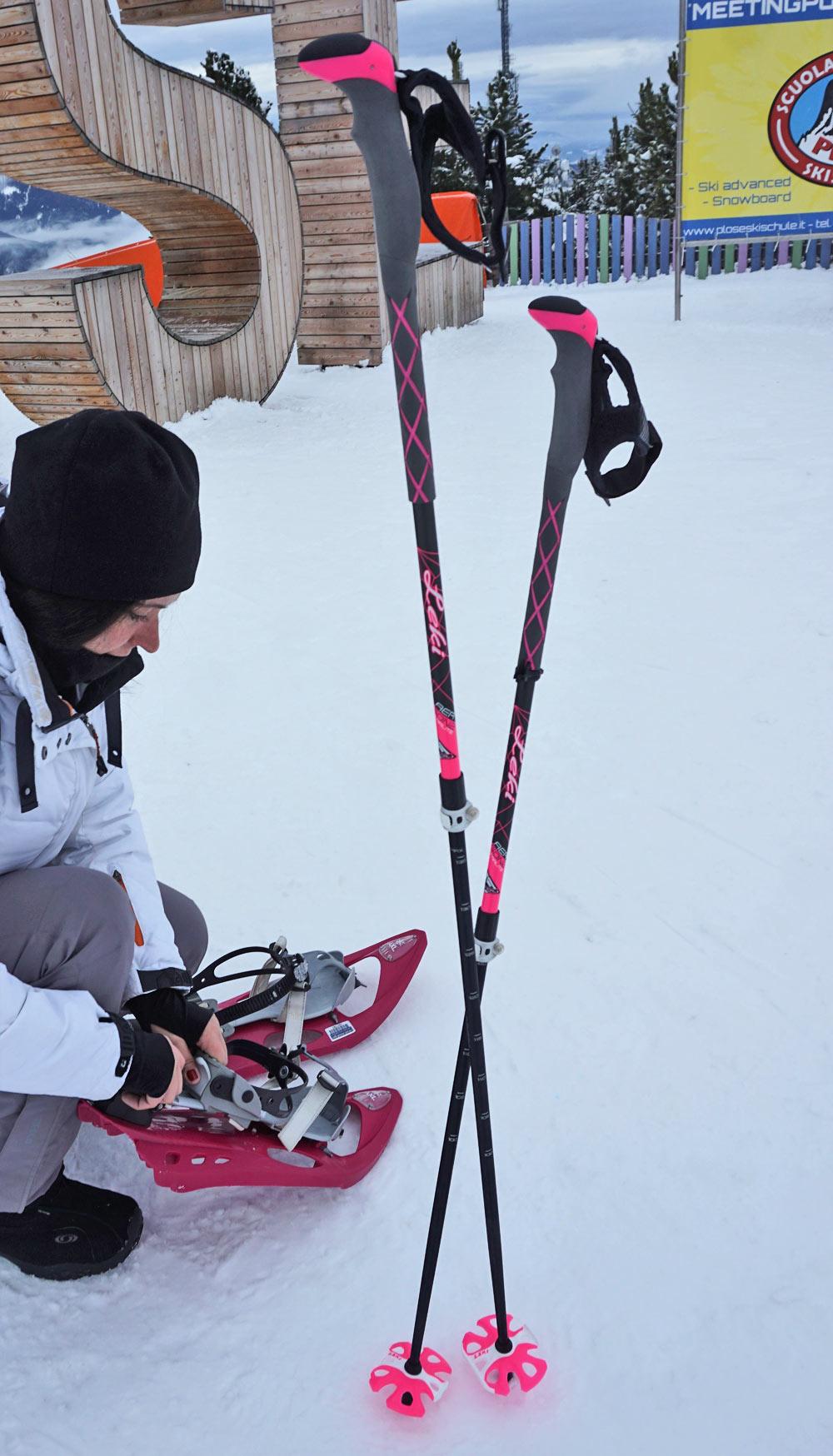 Bei der Vorbereitung für die Schneeschuhwanderung auf der Plose
