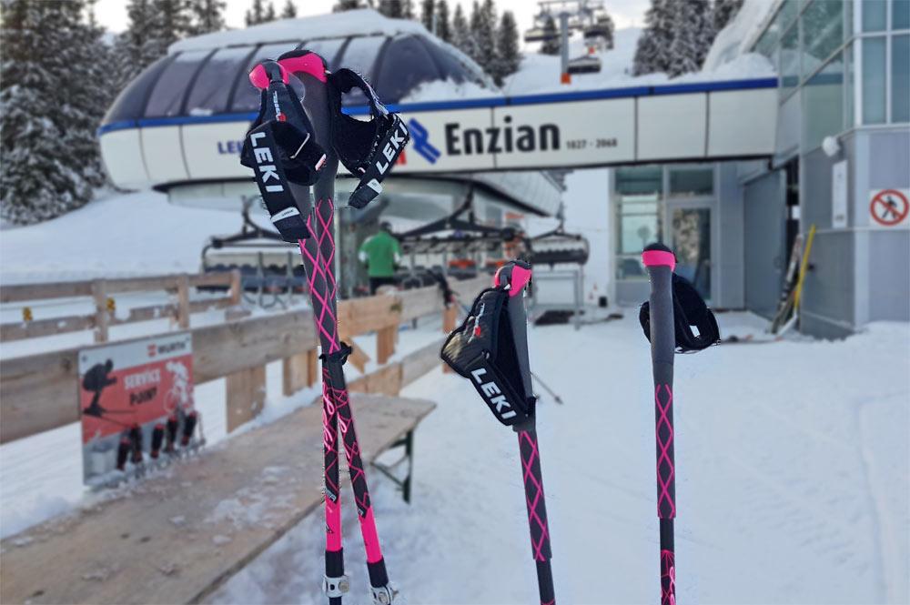 Unsere Leki Skitourenstöcke vor der Talstation der Leitner Bahn. Gleich geht es auf die Plose