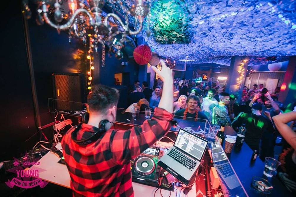 DJ und Partygäste in Matrei