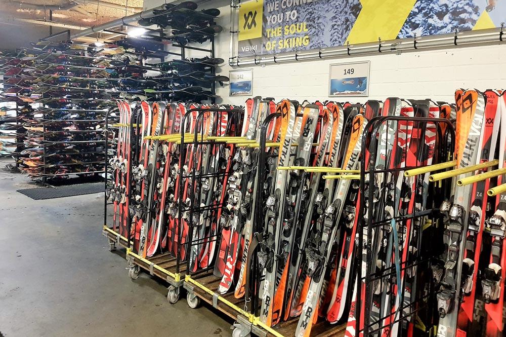Zahlreiche Skier namhafter Hersteller in der Verleihstation