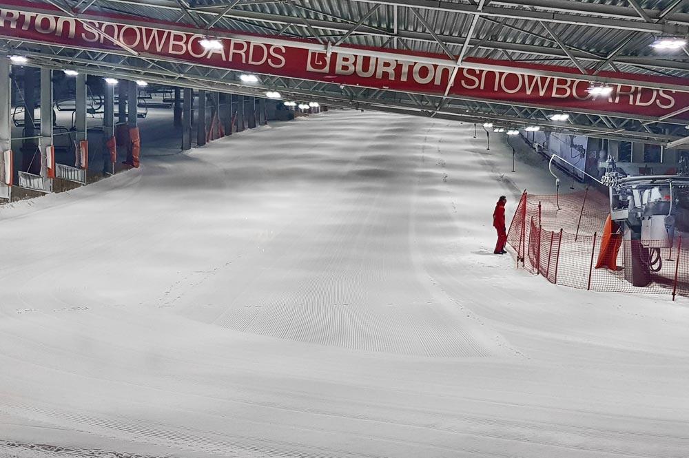 Blick auf eine der Pisten in der Indoor-Skihalle