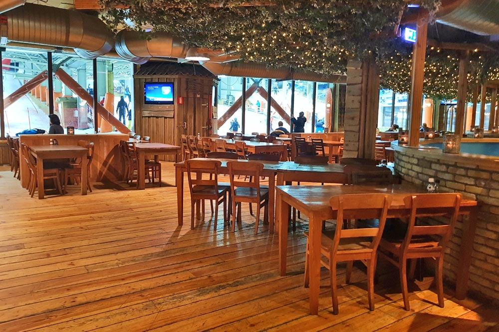 Teil des Selbstbedienungsrestaurant Saas Fee in SnowWorld Landgraaf