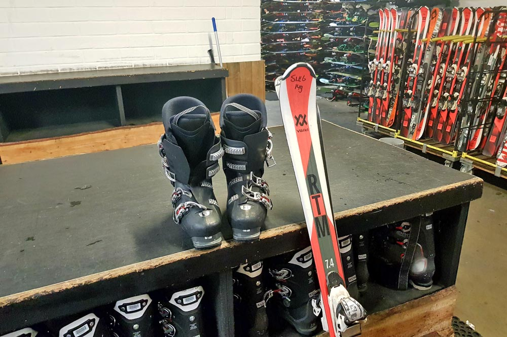 Skischuhe und Skier für den Skikurs in SnowWorld Landgraaf
