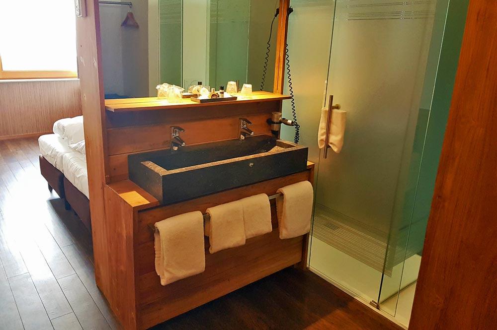 Blick ins Doppelzimmer mit Dusche und Spiegel