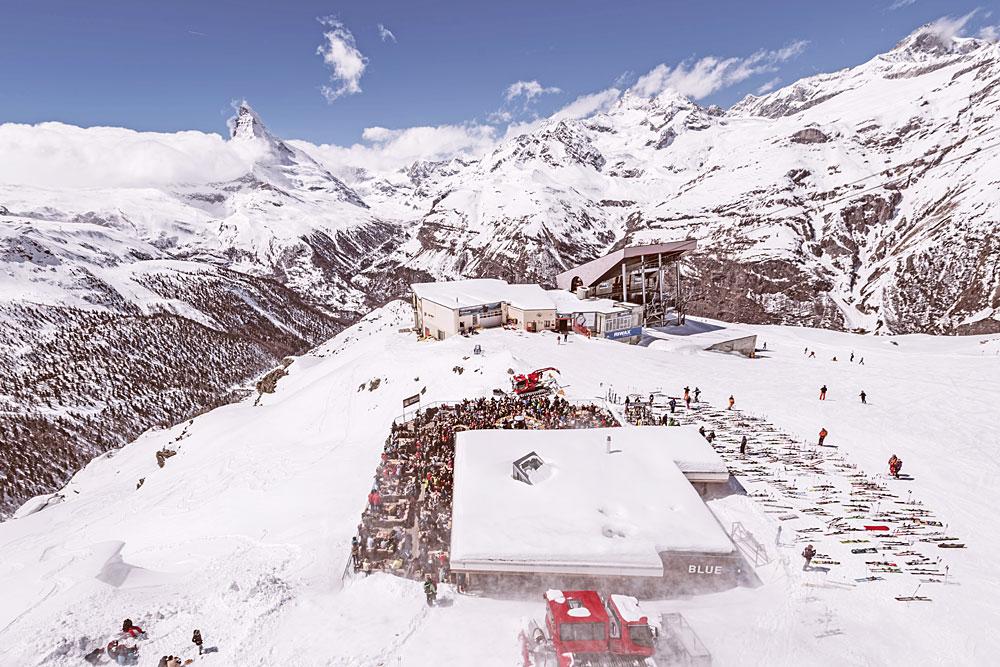 Luftaufnahme der Bühne an der Blue Lounge beim Zermatt Unplugged