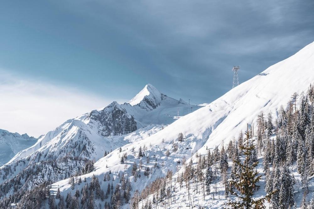 Stütze der neuen 3-S Bahn und Blick auf das Gletscherskigebiet Kitzsteinhorn im Hintergrund