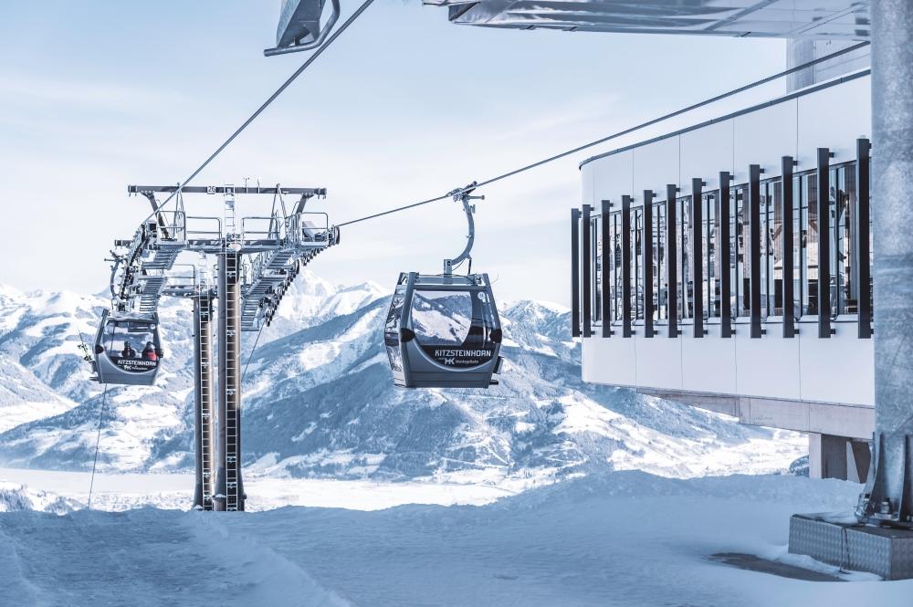 Bergstation und Gondel mit Skifahrern von der neuen MK Maiskogelbahn in Kaprun