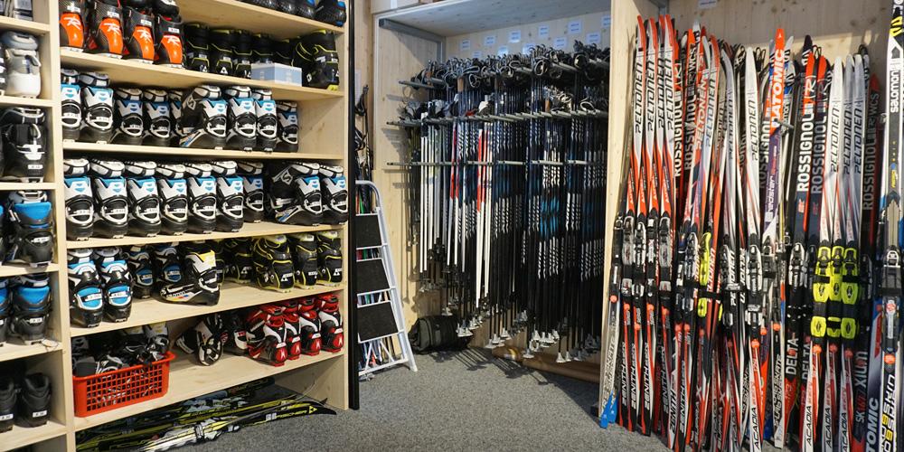 Leihmaterial für Langlauf im Sportshop Baselgia in der Biathlon Arena Lenzerheide