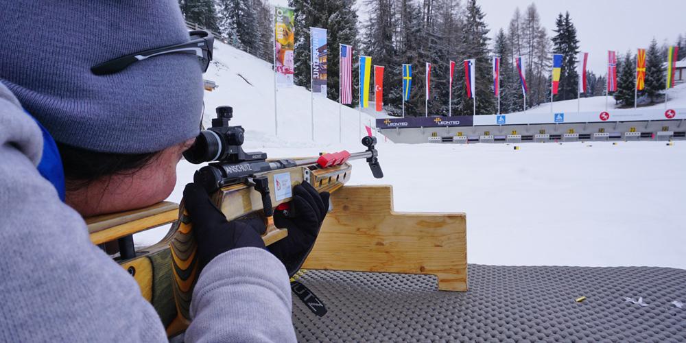 Blick über die Schulter beim Liegendschießen in der Biathlon Arena Lenzerheide