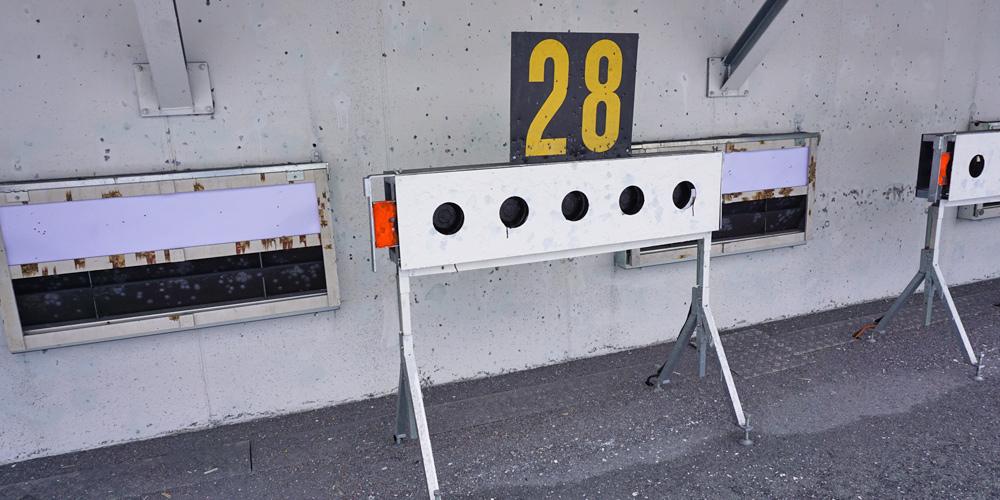 Markierter Schießstand mit Scheiben zum Stehendschießen