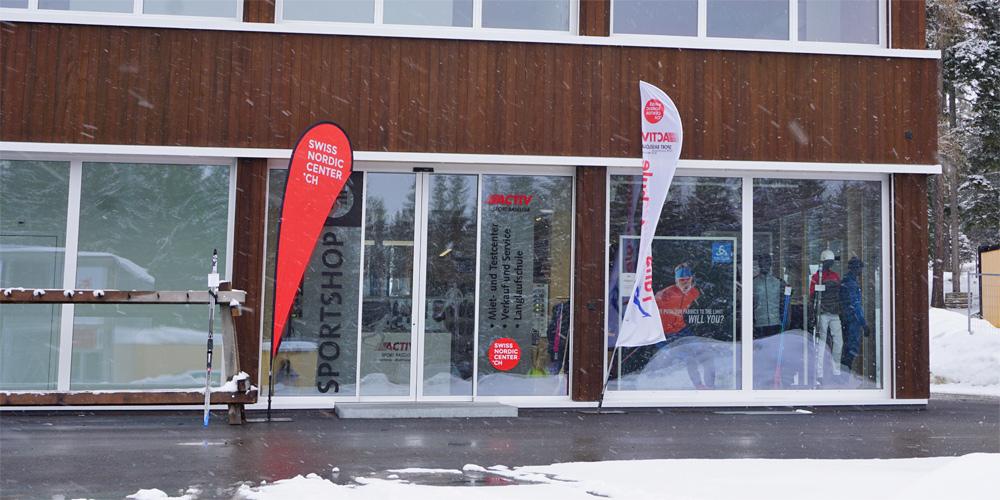 Blick auf den Eingang des Sportshop Aktiv Sport Baselgia in der Biathlon Arena Lenzerheide