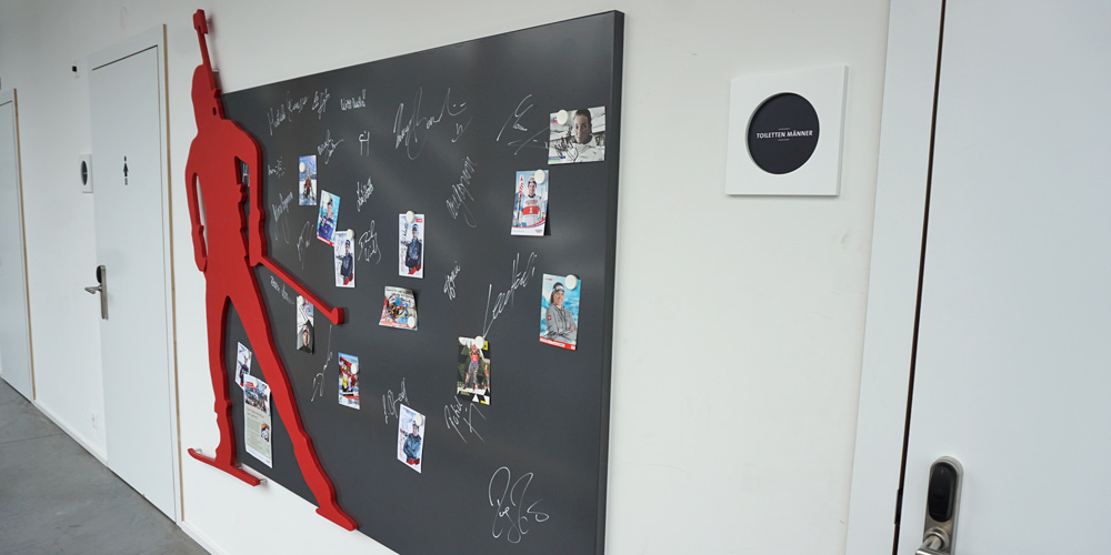 Autogrammwand der Biathlonstars im Flur der Biathlon Arena Lenzerheide