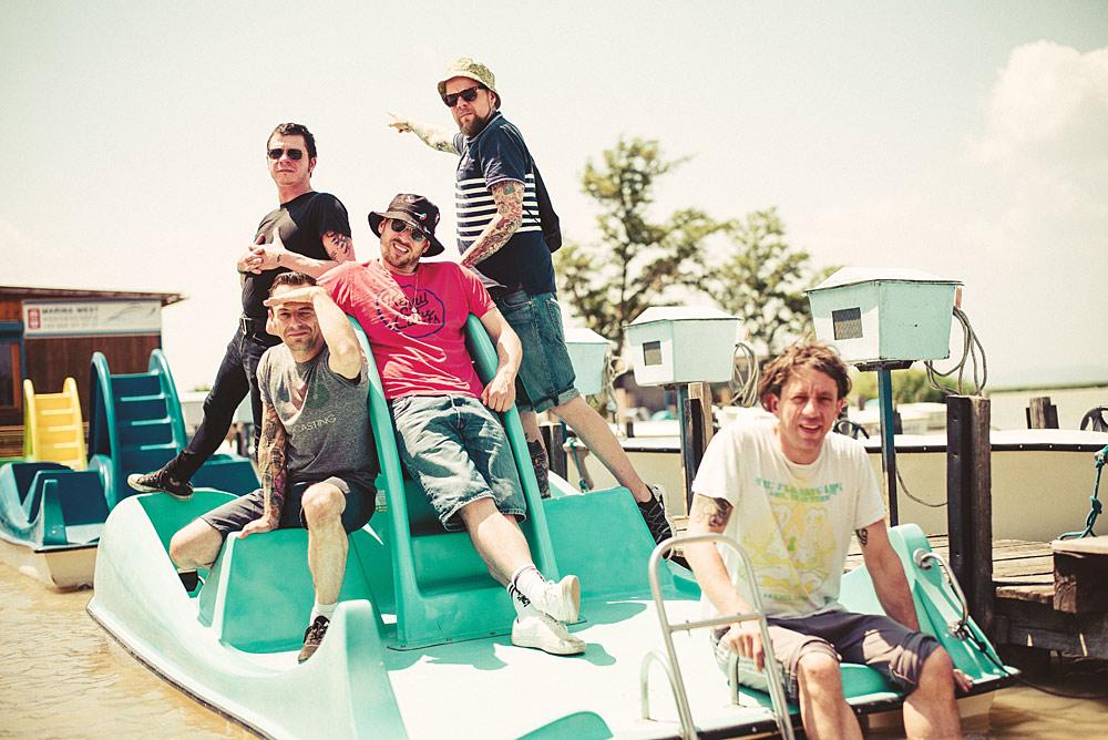 Die Band Beatsteaks auf einem Tretboot
