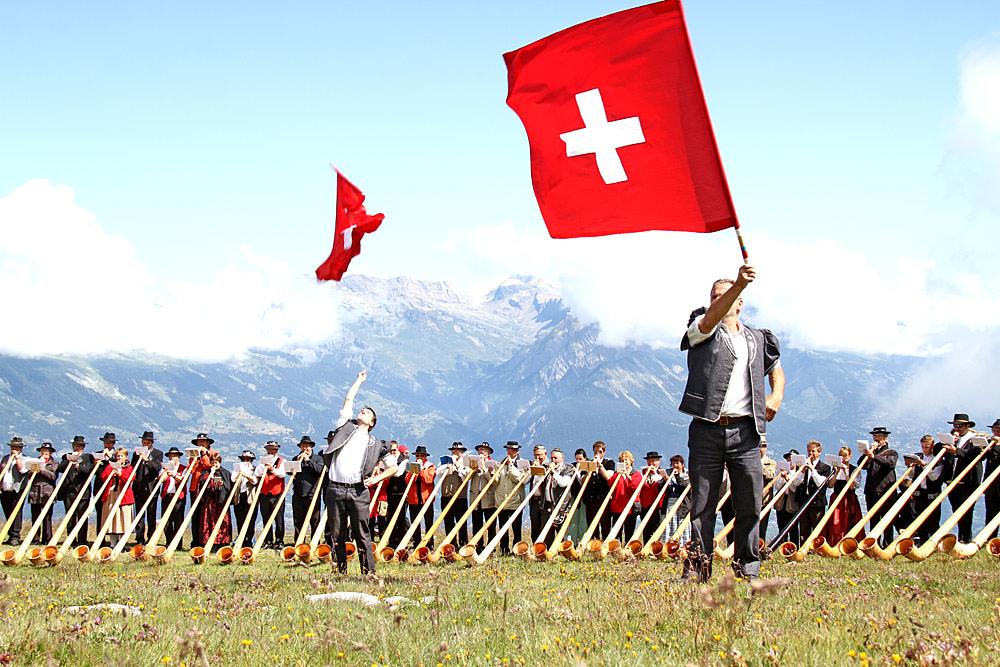 Alphornbläser und Fahnenschwinger beim Valais Drink Pure Alphornfestival