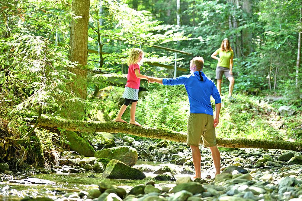 Familie auf einem Westallgäuer Wasserweg