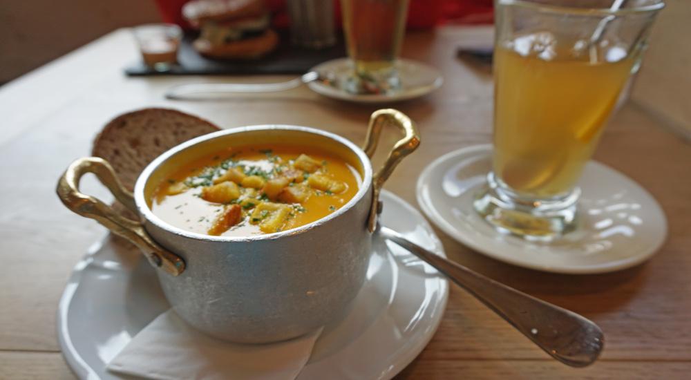 Karottencremesuppe und Ingwer-Zitronen-Punsch in der Mottahütte