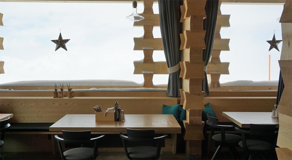 Tisch am Fenster in der Mottahütte