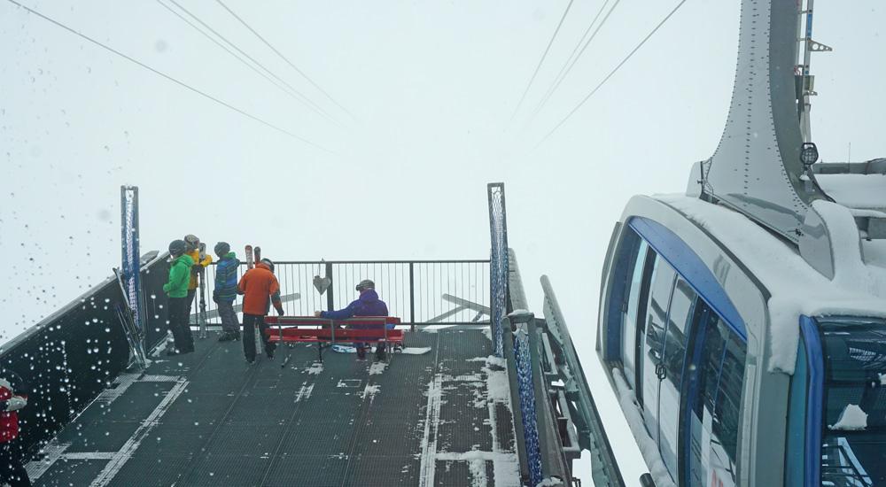 Station der Urdenbahn mit Skifahrern und Kabine