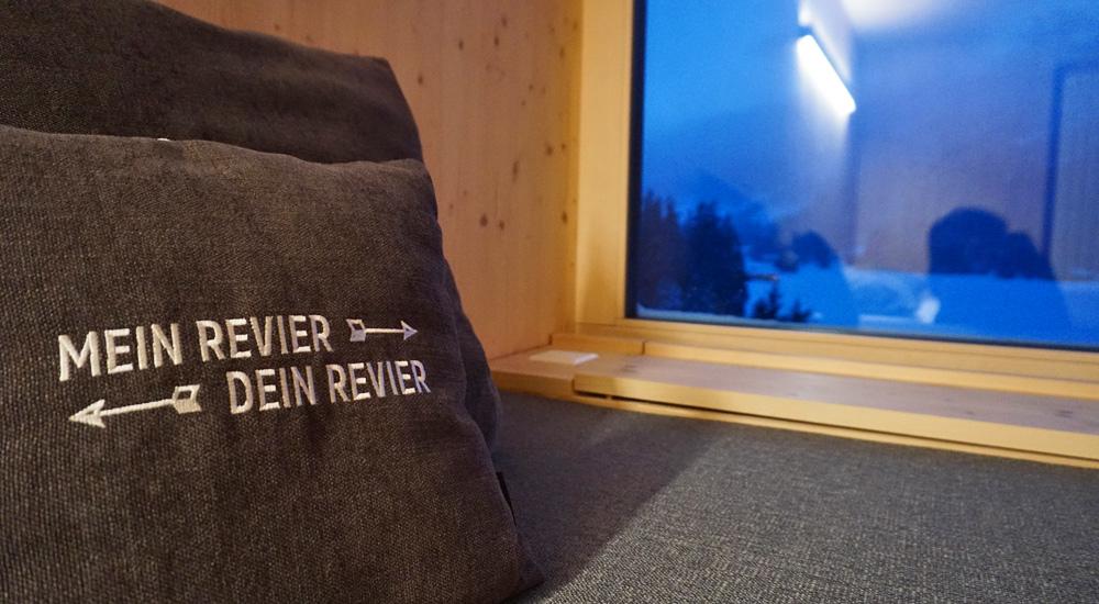 Kissen in einem Zimmer der Mountain Lodge