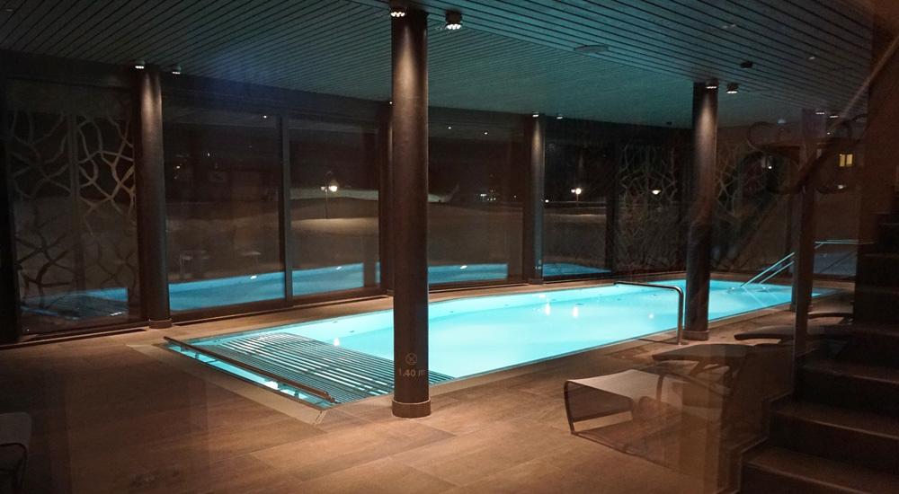 Pool im Wellnessbereich des Hotel Valsana