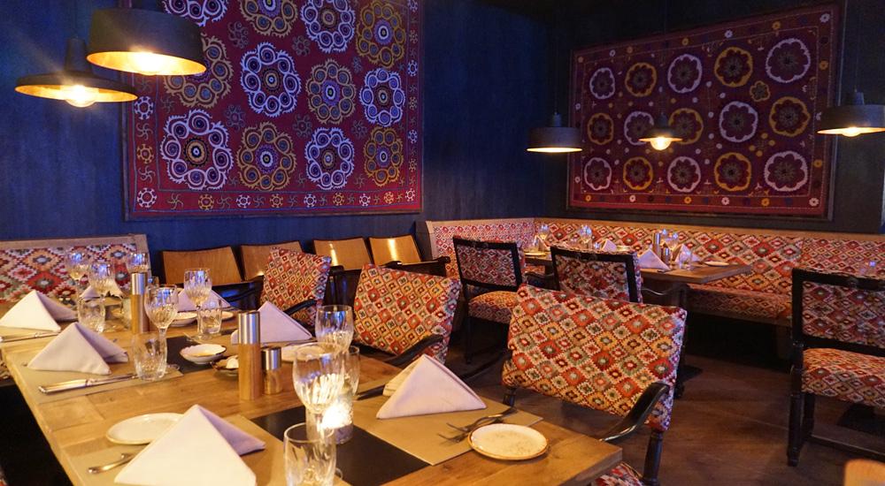 Tische im Restaurant des Hotel Valsana