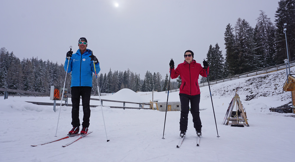 Langlauflehrer und -schülerin in der Biathlon Arena Lenzerheide