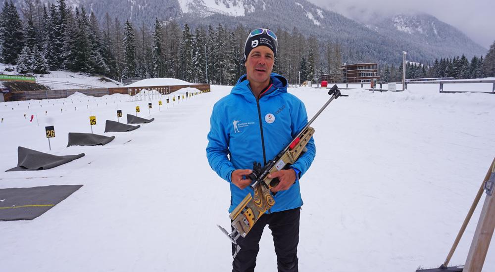 Franco mit dem Biathlongewehr in der Biathlon Arena Lenzerheide