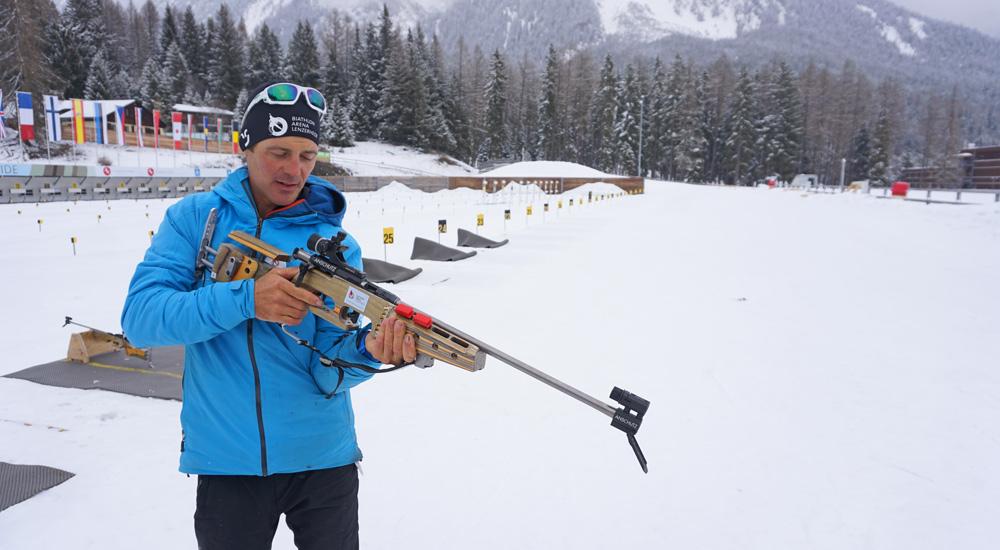 Franco zeigt den richtigen Anschlag mit dem Biathlongewehr
