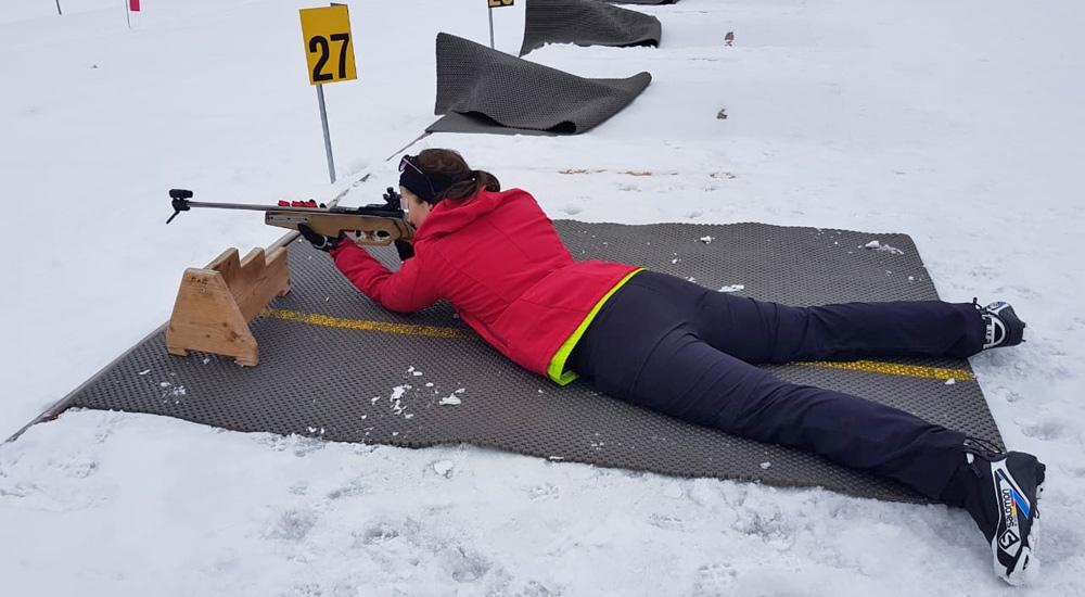 Beim Üben der richtigen Liegendposition beim Biathlon