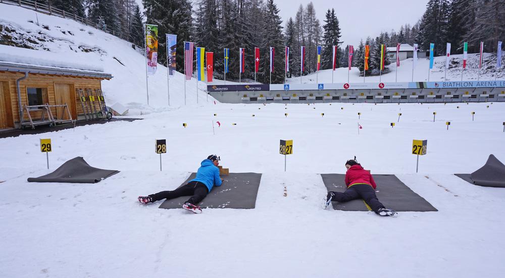 Üben der richtigen Position beim Liegendschießen beim Biathlon-Schnupperkurs