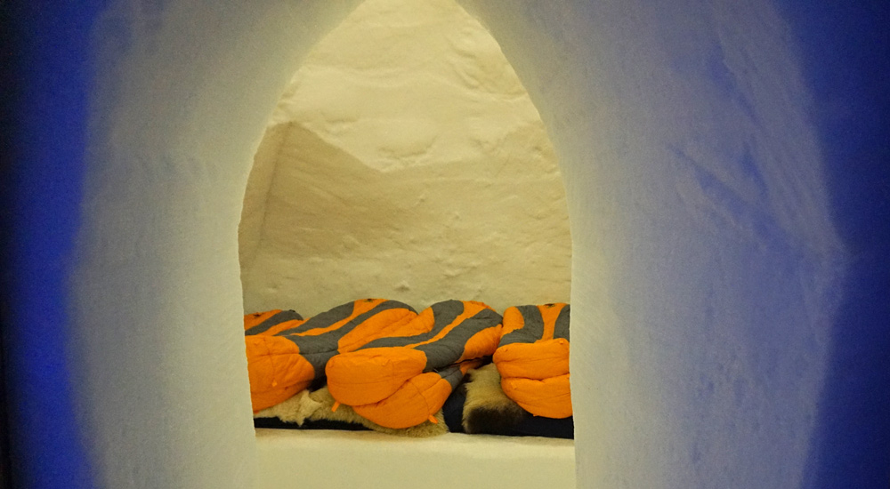 Blick in einen Schlafsaal im Igludorf auf der Parsenn