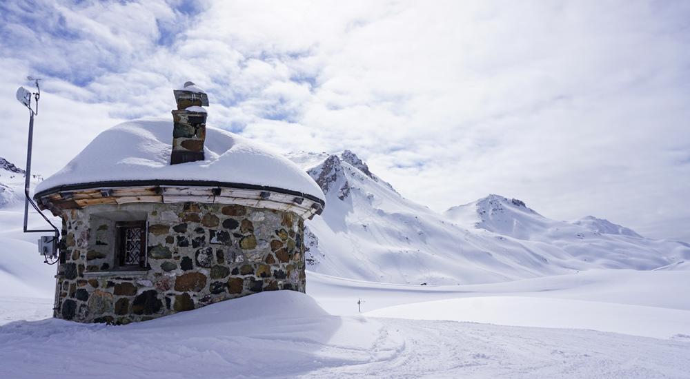 Kleine Steinhütte im Skigebiet Parsenn