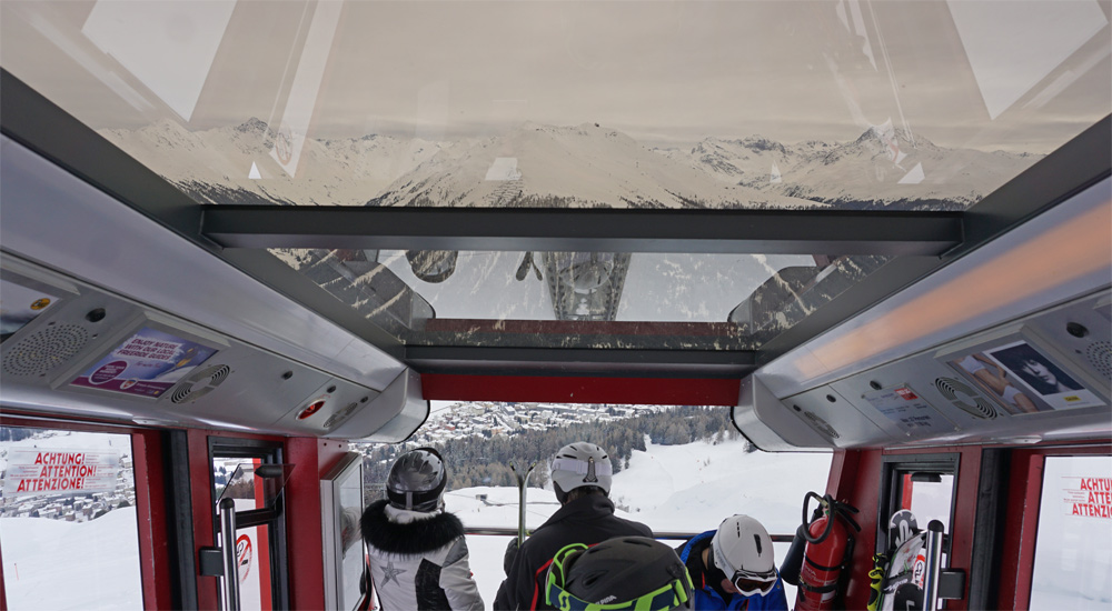 Blick durch das Panoramadach der Parsennbahn auf die Bergwelt